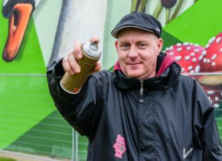 Graffiti-artiest Peter Meijn knapt stadsverwarmingshuis Blauwe Ring op - HVC - Blauwe Ring - Saendelft - Assendelft - Zaanstad - Zaanstreek - Foto: Pascal Fielmich